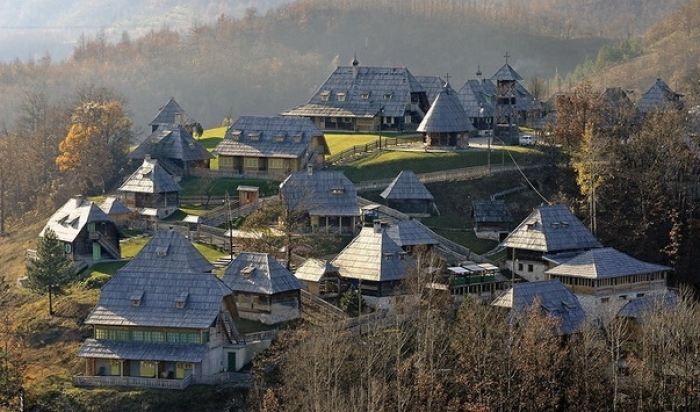 Otdy-h-i-dostoprimechatel-nosti-Serbii-Drvengrad-Mokra-Gora_3